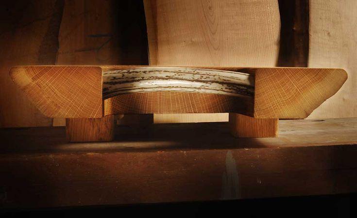 Tagliere in legno di quercia, misura orientativa 60×42  cm  spessore piano 6 cm altezza totale 10 cm. La canalina su questo modello è di dimensioni maggiori ed è posta solo su lato, il piano leggermente inclinato consente la raccolta dei liquidi. Anche per questo modello due robuste maniglie in corno di cervo sbiancato consentono un facile trasporto. Realizzabile su ordinazione anche in altri legni e altre misure.