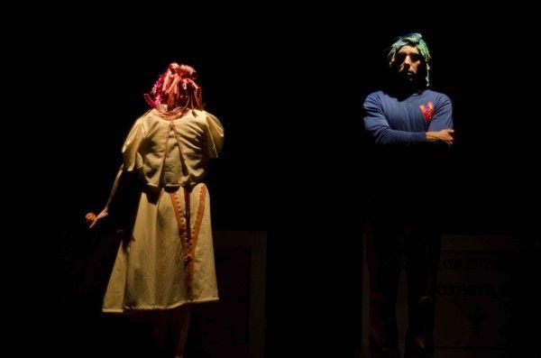 """""""Che cosa lega realmente due persone, al di là degli anni che trascorrono insieme? La complessità del testo di Eric Emmanuel Schmitt è resa dalla meccanicità dei corpi, che si muovono sulla scena come automi, cercando di mimare l'esasperante quotidianità. Ogni gesto, così come ogni parola, rimanda a un segreto inafferrabile."""" Mariella Soldo, Teatro.it"""