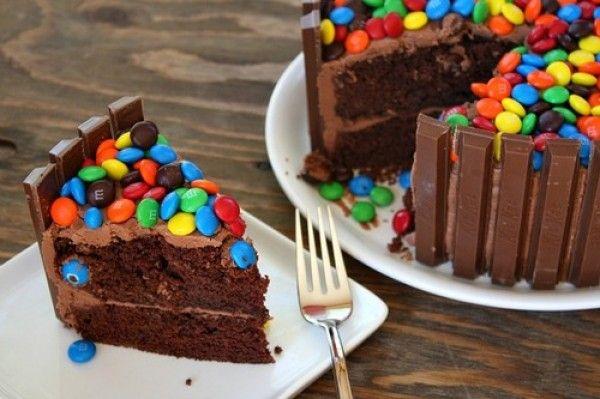 Receta de cómo hacer Kit Kat torta con M & M