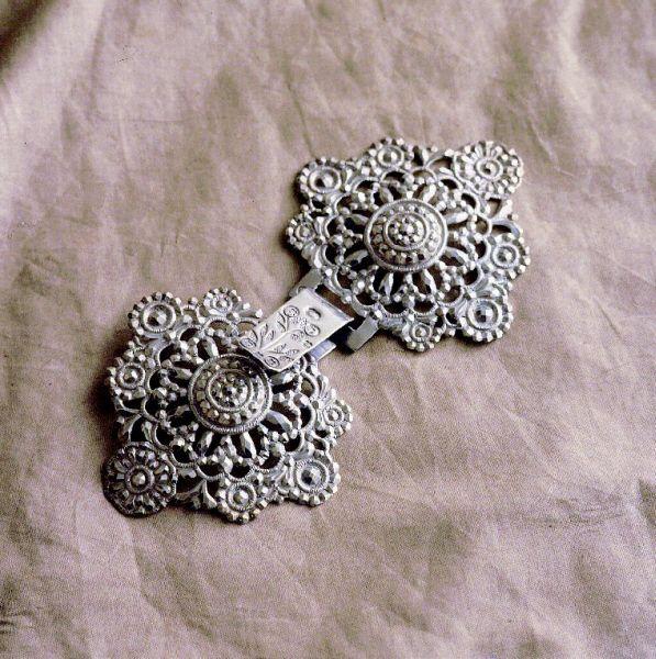 Boucles de cape fin 18e siècle – Fragonard Parfumeur   #costume #Provence #bijoux #Fragonard
