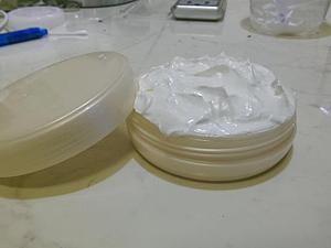 Делаем масло-суфле 'Полотенце'. Я так назвала его из-за своих свойств: оно моментально впитывается кожей после душа, и не требуется после его нанесения использовать полотенце. Делать будем 100 гр. крема. Для этого нам понадобится: масло ши (карите); кокосовое масло; миндальное масло; масло какао-бобов; эфирное масло сладкого апельсина. Отмеряем масло ши 60 гр. и кокоса 20 гр.