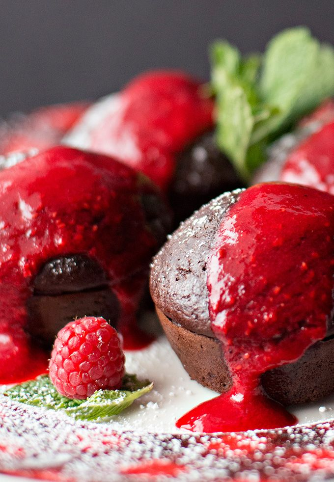 Warm chocolate cakes with raspberry coulis ready in just 30 minutes!