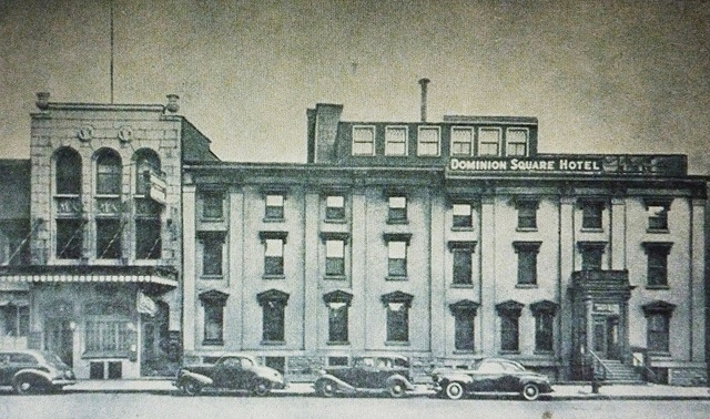 Montréal, vers 1945. Les 1225-1245, rue Metcalfe.      Document BANQ / Carte Postale.  Mention: Dominion Square Hotel.  Construction: vers 1870-1890.  À l'ombre du majestueux édifice Sun Life, ce site hôtelier était à proximité du somptueux hôtel Windsor sur la rue Peel, voisine à l'Ouest de la rue Metcalfe.   Comparatif de 2012 www.flickr.com/photos/urbexplo/7353223026