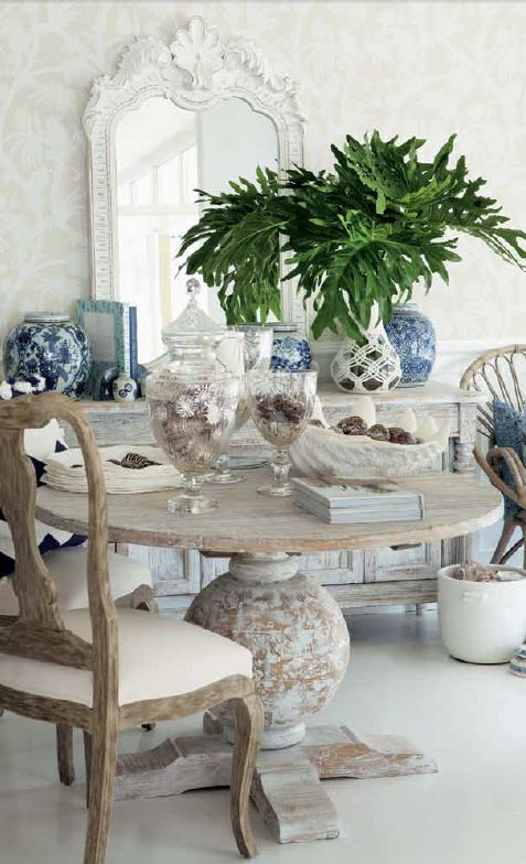 AMAZING DINING ROOM DECOR | The table is decorated witch glass pieces and neutral colors | http://www.bocadolobo.com/en/index.php | #diningroominterior #dinindroomdecor