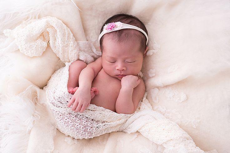 Cores neutras, uma boa iluminação e posicionamento fazem a diferença quando o assunto é fotografia newborn ou de recém-nascidos. Por isso, quando o assunto é fotos newborn, o importante é procurar um especialista pois não basta ser um bom fotógrafo; é necessário conhecer a fisiologia do recém-nascido, saber como posicioná-lo e como ele se comporta em cada fase do desenvolvimento durante os primeiros dias de vida. fotos newborn