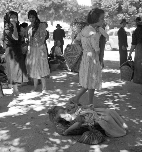 Feiras de Portugal, década de 50/60. Crianças a dormir na feira.