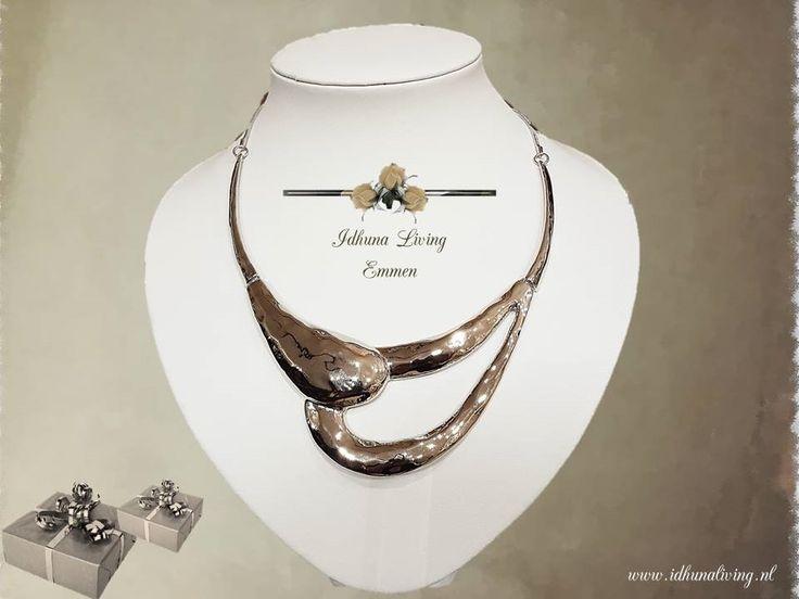 Moderne en bijzondere korte halsketting in zilverkleur afm. 37-43cm.