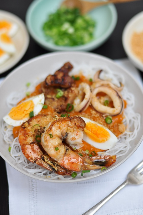 Pancit Palabok (Filipino food - noodles in prawn gravy) -- http://www.pinterest.com/ronleyba/filipino-recipes-philippine-foods-filipino-dish/