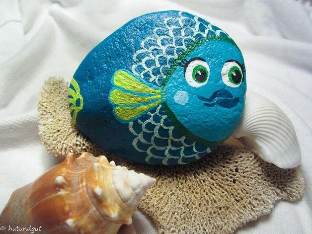 Deko-Objekte - bemalter Stein - Fisch, türkis Schuppenmuster - ein Designerstück von hutundgut bei DaWanda
