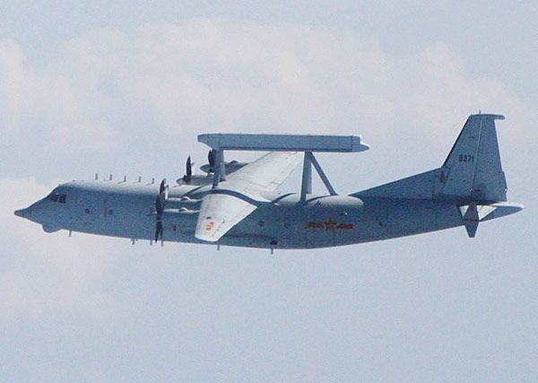 空警200(KJ200)     中国が独自に開発した早期警戒機で、中型輸送機の機体上部に箱形のアクティブ電子走査アレイレーダーを乗せた形式になっている。写真(防衛省提供)は、対馬と壱岐島の間の公海上を飛行している姿で、緊急発進した自衛隊機が撮影した。空警200の母体となっている機体は国産多用途輸送機の運輸8(Y8)で、早期警戒機としての型式名称は運輸8W(Y8W)とされている。ただし、写真の機体は在来型の運輸8のエンジンを新型に換装し、プロペラも複合材を使用した6枚羽根に変更、水平尾翼に補助安定板を追加するなど大幅に改造され、新型輸送機の運輸9(Y9)とほぼ同じ仕様になっている。空警200の搭載電子機器はすべて国産だが、大型の空警2000に比べて機能に制約があるとされる。部隊に配備された機体はまだ少数にとどまるものの、空軍と海軍航空隊の両方で運用されている(2016年01月31日) 【時事通信社】