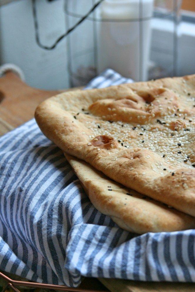 Homemade wholewheat naan with herbs / Domácí celozrnný naan - obyčejný a s bylinkami