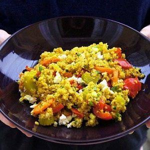 Промойте киноа в холодной воде и варите 10–12 минут (на 1 стакан киноа — 2 стакана воды). Пока киноа варится, нарежьте очищенную морковь крупными кольцами и отправьте на сковородку тушиться. Минут через пять добавьте нарезанные сельдерей и перец. Потушите овощи вместе с сушеным базиликом или тимьяном.