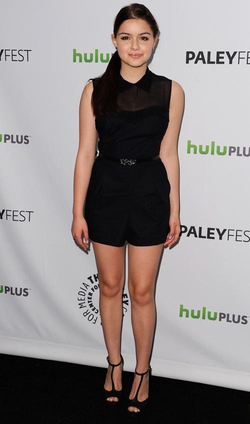 Ariel Winter aposta em look moderno e elegante, com conjuntinho preto, short de cintura alta e transparência!