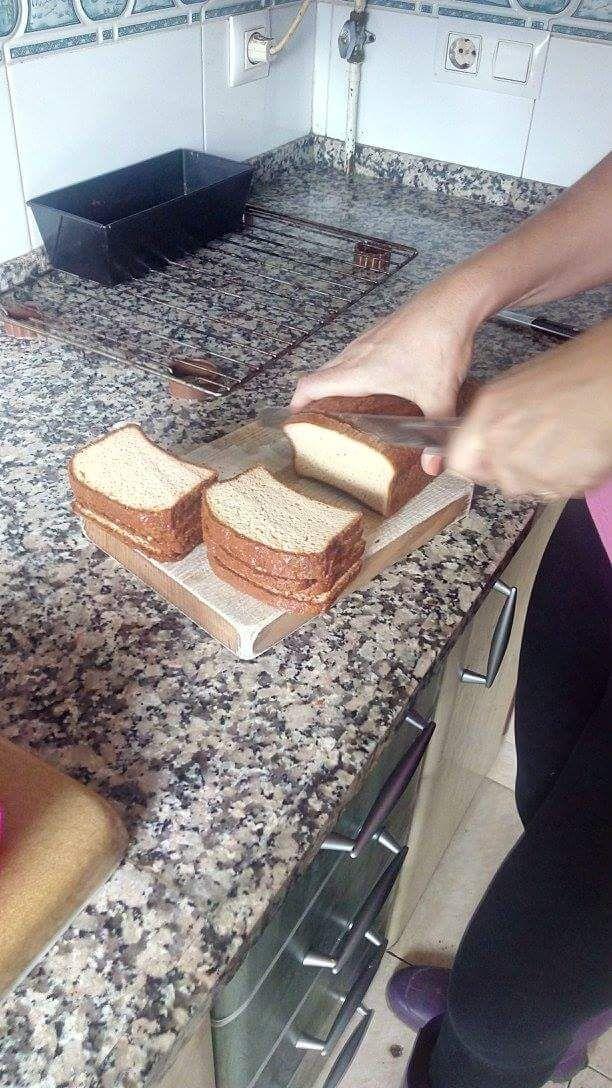 Pan de desayuno cetogénico Os presento el pan que utilizo casi siempre para desayunar por las mañanas, tostadito con mantequilla y mermelada low carb (que ya enseñaré) Es un pan que te quita el ans…