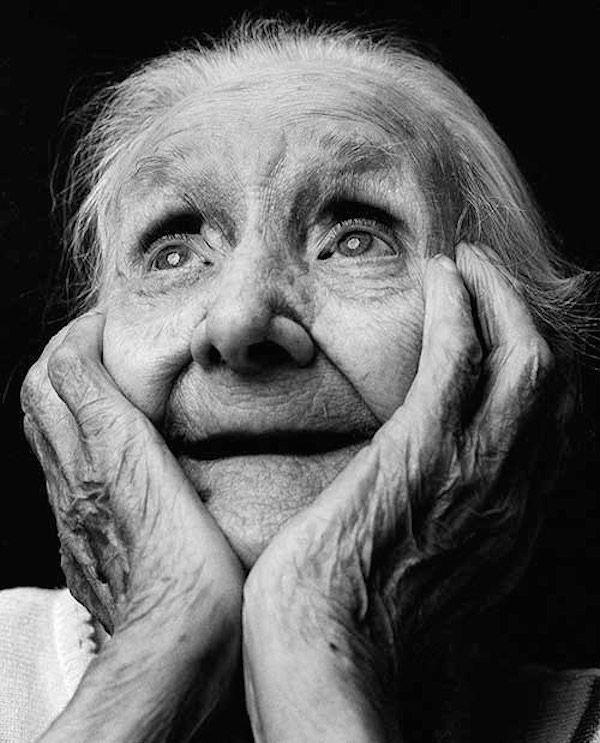 Der niederländische Fotograf Alex Ten Napel hat eine Reihe ergreifender Schwarz-Weiß-Porträts geschaffen, die die verschiedenen Emotionen von Alzheimer enthüllten …