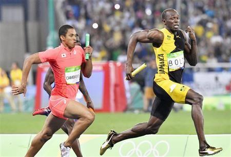 男子400メートルリレー決勝 ジャマイカのボルト(右)を追うアンカーのケンブリッジ=リオデジャネイロ(共同)