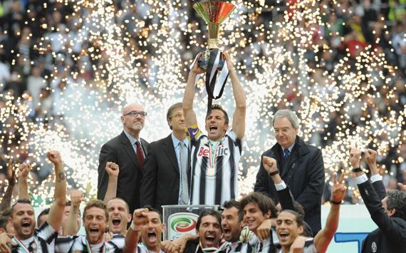 Del Piero solleva la coppa scudetto !!!