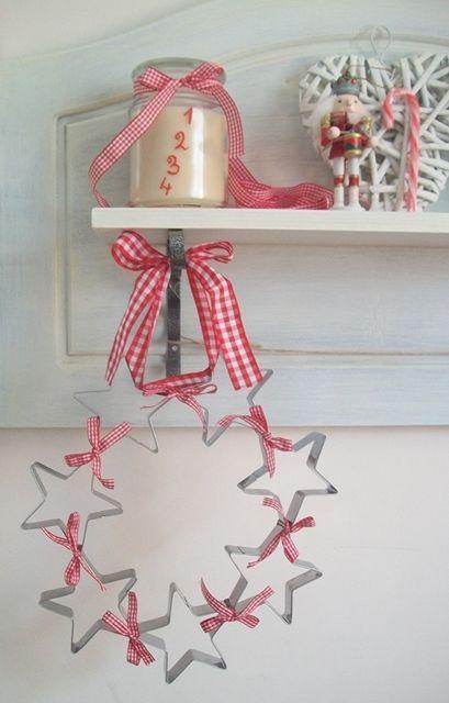 Christmas {decorazioni natalizie con le forme per biscotti e nastrini a quadretti}