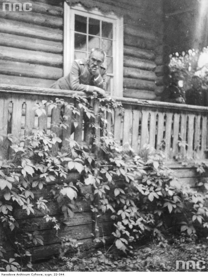 Marszałek Józef Piłsudski podczas pobytu u swojej siostry Zofii Kadenacowej w Wilnie, między 1921 a 1934.  http://audiovis.nac.gov.pl/obraz/218182/79f5d8838c168d81c9552e0715e99e40/