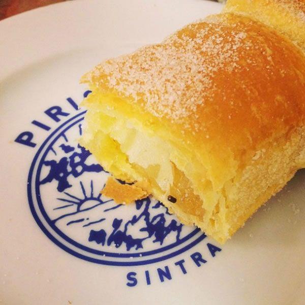 La fabrication de ce doux, faite de pâte feuilletée, les amandes, les oeufs et le sucre, est l'un des l'ex-libris de Sintra, Portugal.