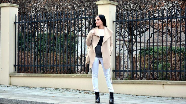 Białe spodnie, piankowa bluza i beżowa torebka Fabiola - stylizacja