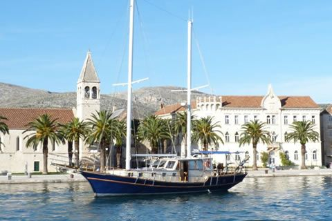 Gulet Anna 1 is a traditional two -masted wooden sailing boat designed for comfortable and relaxed holidays in the beautiful waters of the Dalmatian coast.