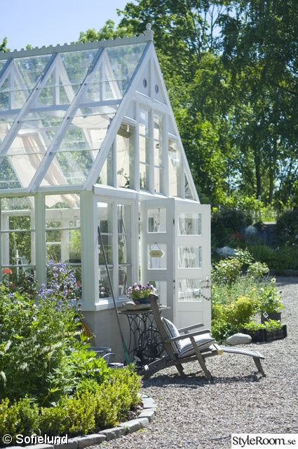 This is a dream of design, size and scope.  A proper conservatory.  Yes an orangerie for exotics, bonsai, citrus trees, and winter gardening . |   växthus
