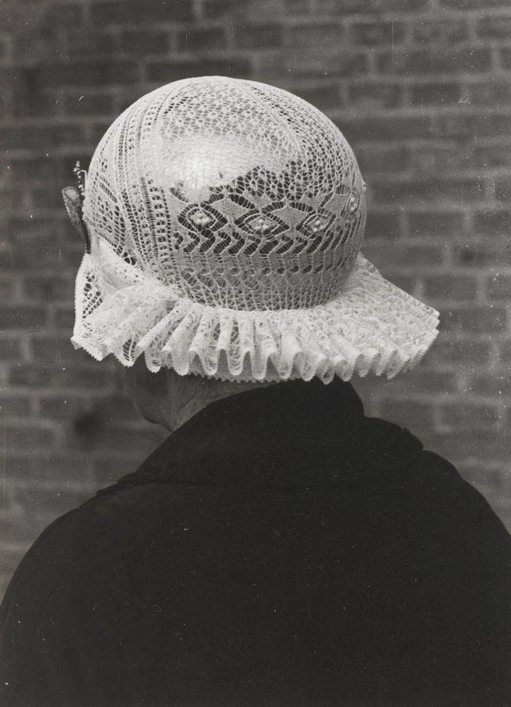 Weduwe Goslinga uit Workum in Friese streekdracht. Mevrouw Goslinga draagt over het oorijzer een muts van fijn breiwerk. 1943 #Friesland