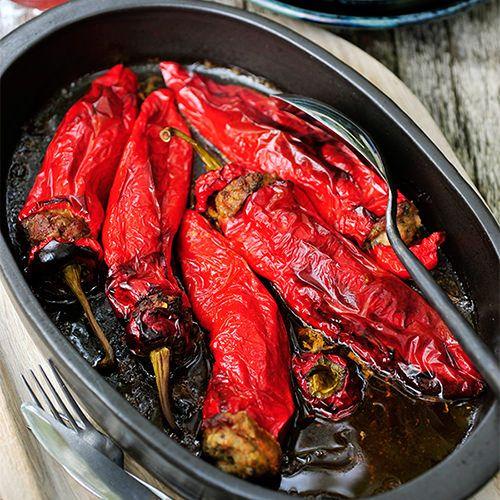 Lange zoete paprika's gevuld met kipgehakt en kruiden, uit het kookboek 'Puur eten 2' van Pascale Naessens. Kijk voor de bereidingswijze op okokorecepten.nl.