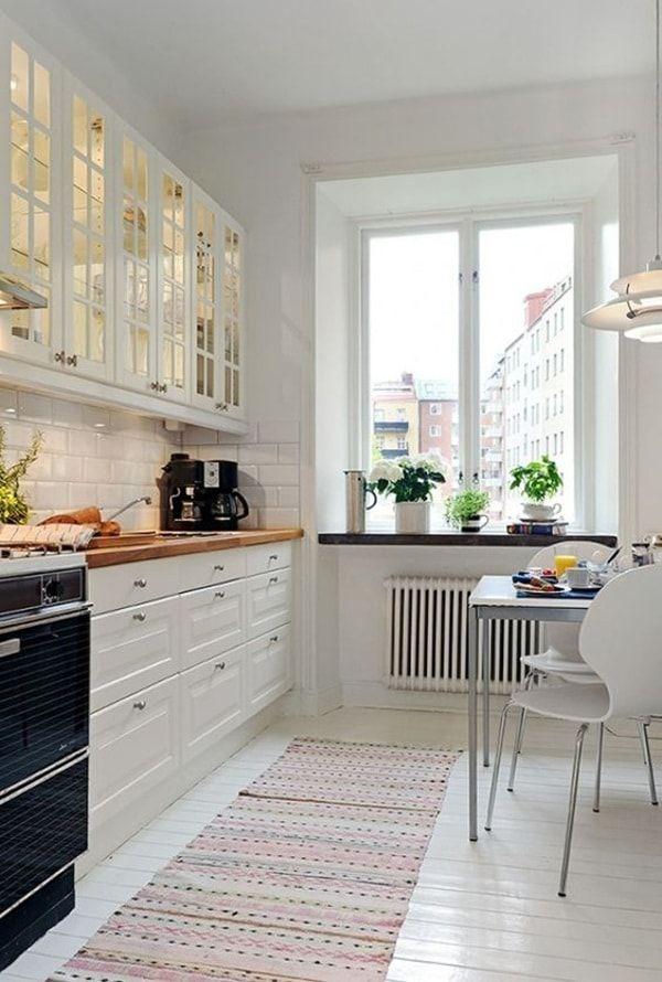 Soluciones para decorar cocinas pequeñas. Te enseñamos algunos tips para sacarle provecho a tu cocina. Apuesta por colores claros y estanterías abiertas.