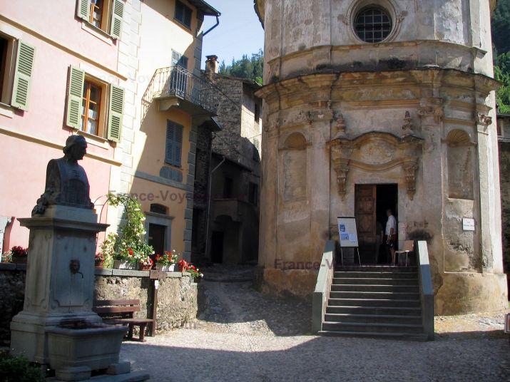 La Brigue: Chapelle de l'Annonciation, fontaine et maisons du village médiéval - France-Voyage.com