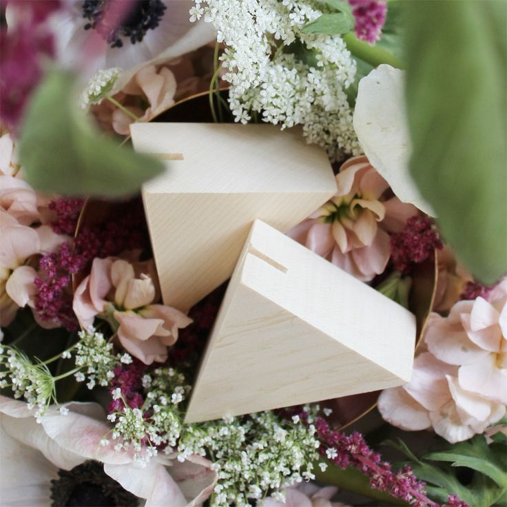 Geo triangle place card holder from esselle
