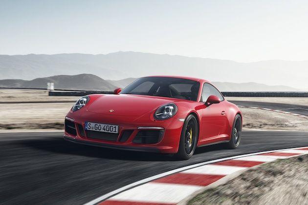 【ギャラリー】Porsche 911 Carrera GTS (15枚) 現在、ポルシェの「911」シリーズには16種類のモデルが存在する。既に十分な数だが、「さらに5モデル くらい増やしてもいいんじゃないか?」と思ったらしく、ポルシェは北米国際オートショーに参加していないにも拘わらず、その開催初日となる1月8日に新しい5種類の「GTS」を発表した。その内訳は、クーペで後輪駆動の「911カレラ GTS」、その4輪駆動版の「911カレラ4 GTS」、後輪駆動でソフトトップの「911カレラ GTS カブリオレ」、その4輪駆動版の「911カレラ4 GTS カブリオレ」、そして電動開閉式ルーフを備える「911タルガ4 GTS」だ(タルガは4輪駆動のみ)。いずれも同仕様の「カレラ」や「カレラS」より性能が引き上げられている。 新型GTSでは、3.0リッター水平対向6気筒エンジンのターボチャージャーが大型化され、最高出力450ps/6,500rpmと最大トルク550Nm/2,150〜5,000 rpmを発揮。現行のカレラSを30ps、先代GTSを20ps上回る。最大トル...