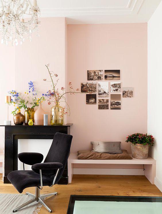 rose poudré, vases et fleurs, moulures, parquet
