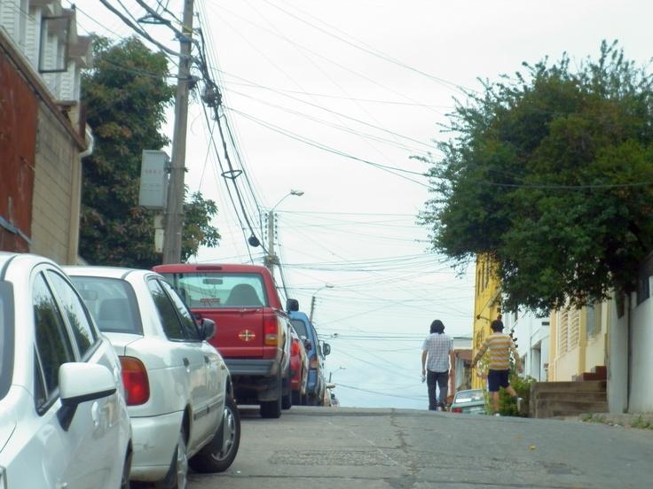 Desde demirar.cl, Cielo de Cables » Calle Barros Arana y Orrego » Cerro Esperanza » Valparaíso, Chile. http://www.demirar.cl/2013/03/cielo-de-cables-calle-barros-arana-y-orrego-cerro-esperanza-valparaiso/