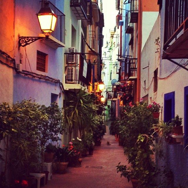 Когда на улицы старого городка на Коста Бланке спускаются сумерки, Испания открывается совсем в другом свете