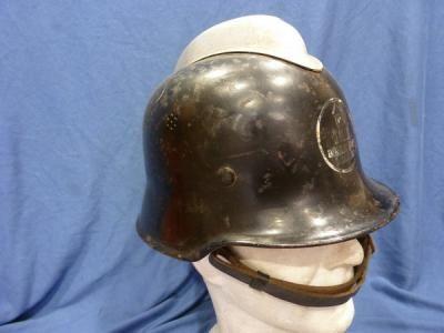 ALEMANIA III Reich.  Casco de bomberos.  Con cresta.  Con calcomanía frontal Boehringer Ingelheim.