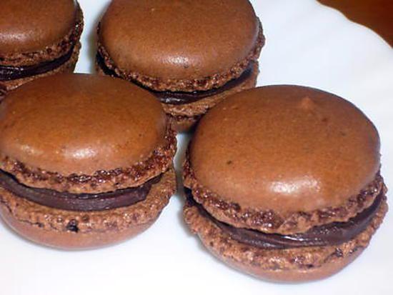 La meilleure recette de Macarons au chocolat (recette simple)! L'essayer, c'est l'adopter! 4.6/5 (149 votes), 510 Commentaires. Ingrédients: - 95 g de poudre d'amandes,  - 155 g de sucre glace,  - 75 g de blanc d'oeuf (2 à 3 blancs d'oeuf),  - 50 g de sucre en poudre,  - un peu de cacao en poudre ou une pointe de couteau de colorant alimentaire en poudre,  - 50 g de chocolat noir,  - 5 cl de crème liquide entière