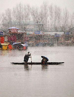Mulher rema no lago Dal, na cidade de Srinagar, na região da Caxemira indiana.  Danish Ismail/Reuters