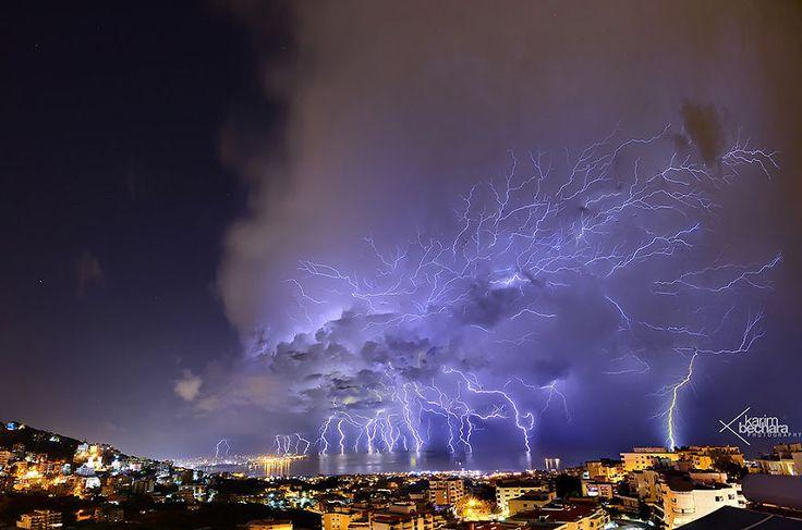 Une étonnante photo d'éclairs au dessus de Beyrouth - http://www.2tout2rien.fr/une-etonnante-photo-declairs-au-dessus-de-beyrouth/