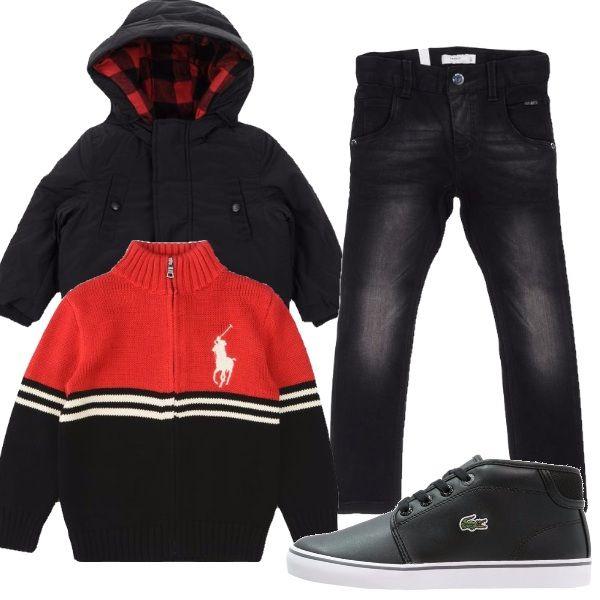 Il vostro bimbo sembrerà davvero stiloso vestito con questo set composto da cardigan con zip nero e rosso, giubbotto con cappuccio, jeans neri e ai piedi un paio di scarpette della Lacoste.