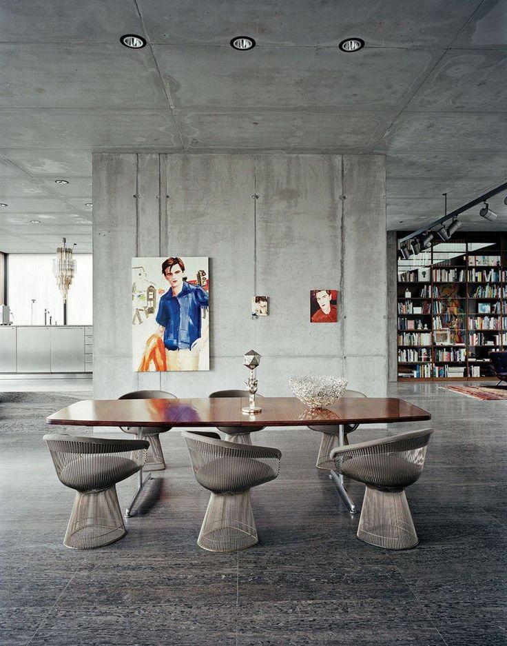 Dans un loft au design industriel, les chaises design en fer métallique s'inscrivent parfaitement dans le décor