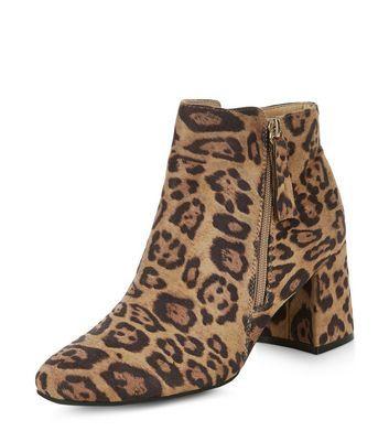 - All over leopard print- Soft suedette finish- Zip side fastening- Flared heel