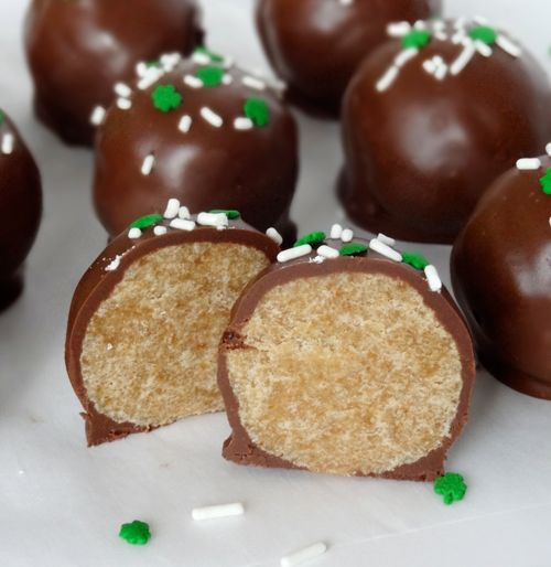 So after a short break, I'm back with more Baileys treats. St. Patrick's Day needs to get here fast before I overload on Baileys. Today it's in the form of cookie balls. Cookie balls? Yes, cookie balls. No cake here. And not because I don't love cake. I LOVE cake. But these are even easier …