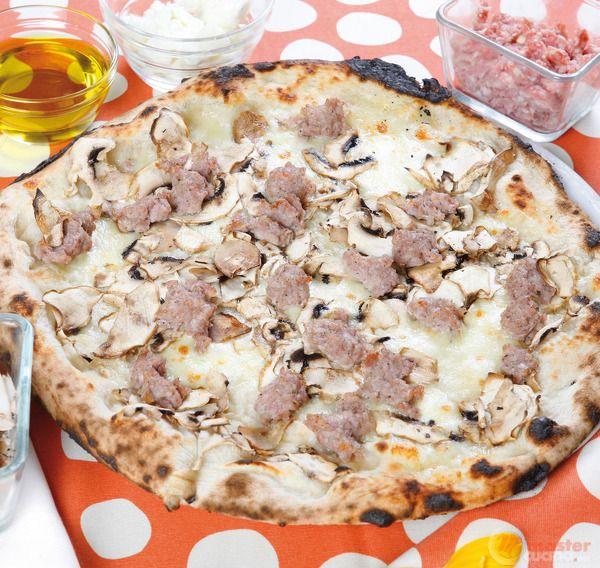 Pizza boscaiola con funghi e salsiccia