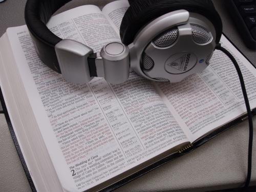 Recientemente dialogaba con un compañero del seminario, acerca de la Biblia NVI en audio y dramatizada. La cual a sido creada por el ministerioFaithcomesbyhearing. Como respuesta atodas aquellas personas que no saben leer. Y que necesitan poder escucharla Palabra de Dios. Pensando en esto.Hoy quiero compartir contigo la Biblia nueva versión internacional en audio y …