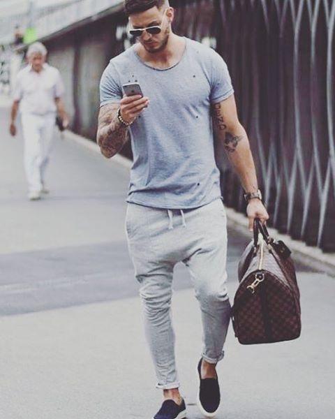 Observem o conjunto da obra. Peças de roupas básicas, mas com acessórios que potencializam o look. #LMTDA #porqueépravocê #outfit #homenscomestilo #modamasculina #menswear #style