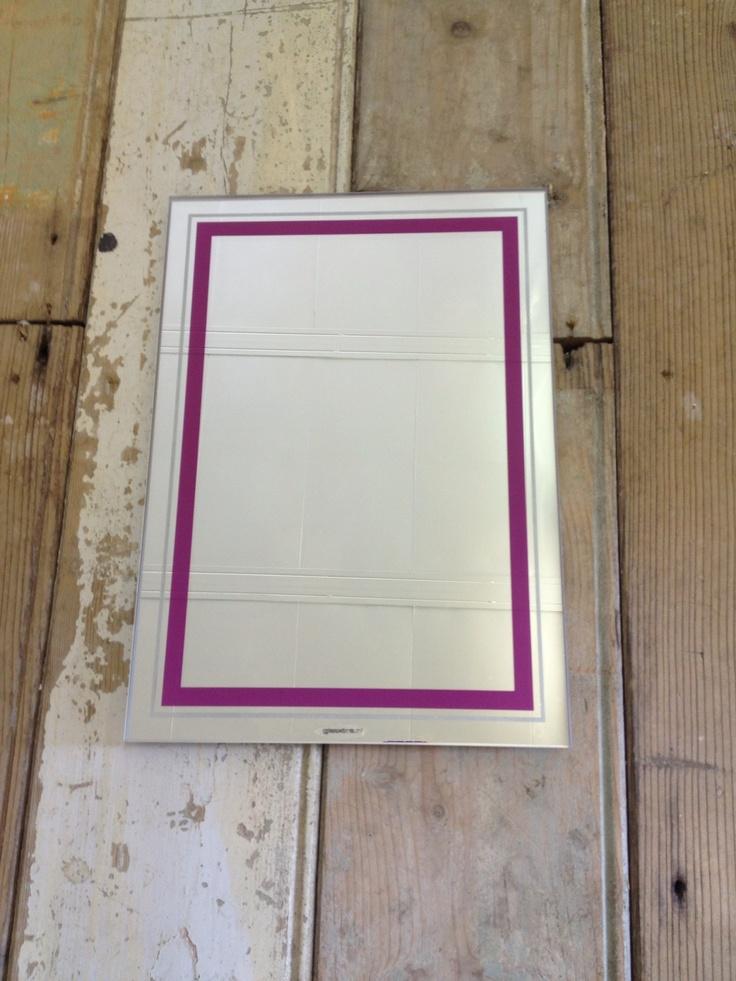 Spiegel op maat. Voor toilet. Het kader is gespoten in de kleuren van een schilderij wat ook in de toilet hangt. Door Glasxtra.