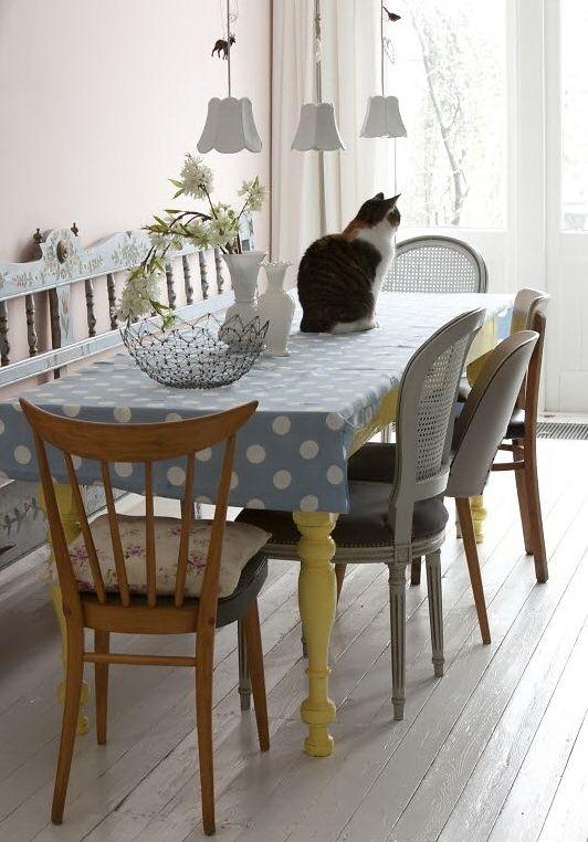 Des chaises dépareillées donnent le change dans cette cuisine de style charme et récup.   Source : Nicety Live Journal