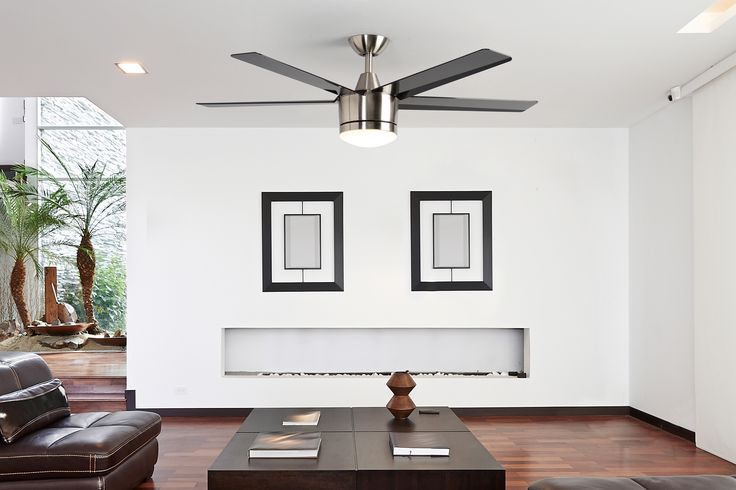 El estilo moderno queda muy bien con paredes y techos en color blanco.